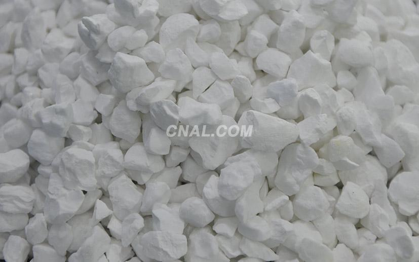 White tabular alumina for shaped and unshaped products